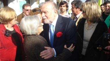 Manuel Alegre fez campanha em Beja de cravo vermelho na lapela