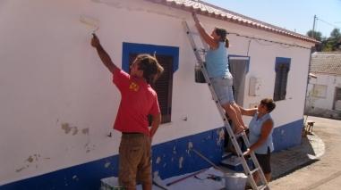 Voluntários do mundo inteiro juntam-se à população da Aldeia das Amoreiras para caiar