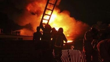 Incêndio destrói armazém de vestuário em Santiago do Cacém